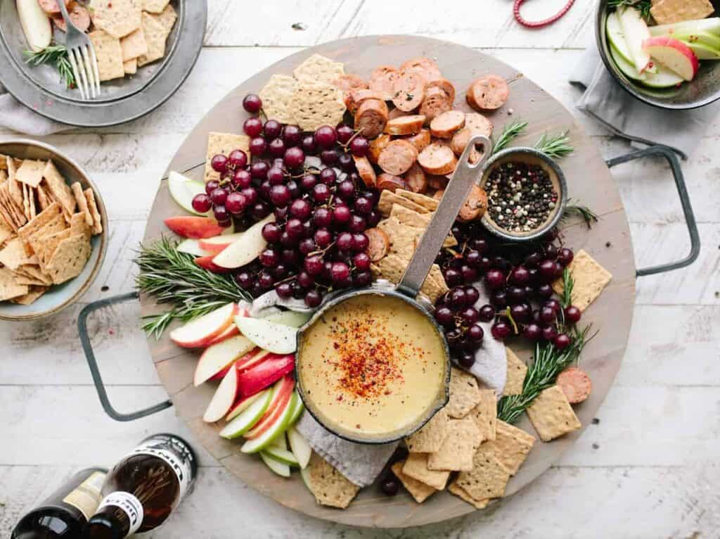 Appetizer plate with grapes and apples