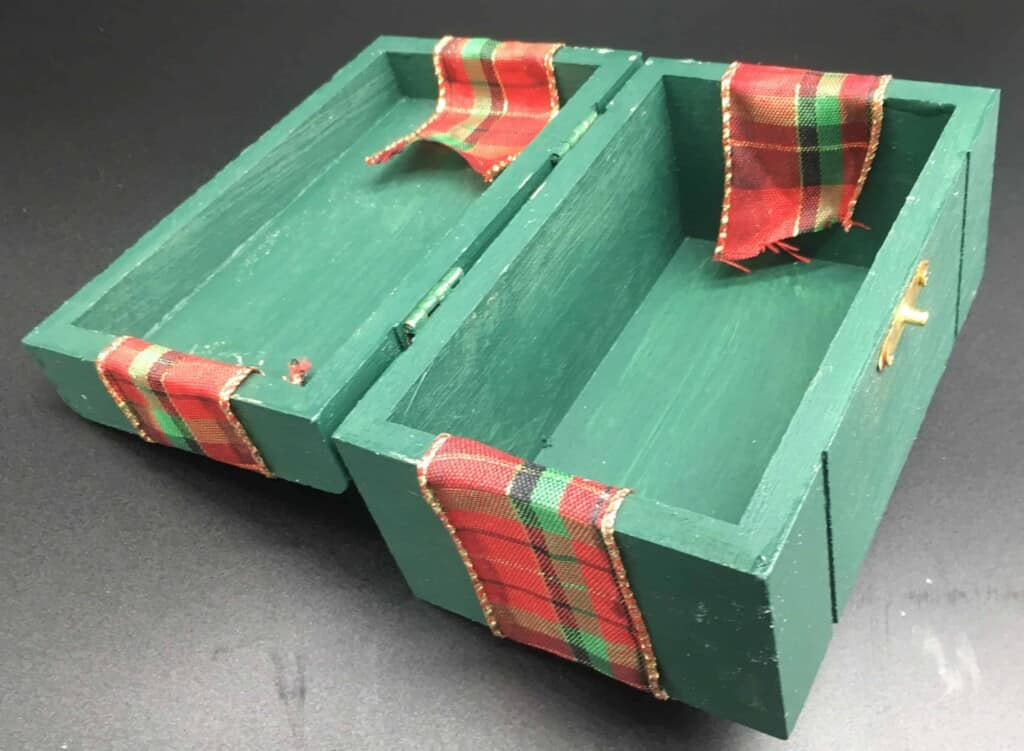 Box with ribbon overlapping
