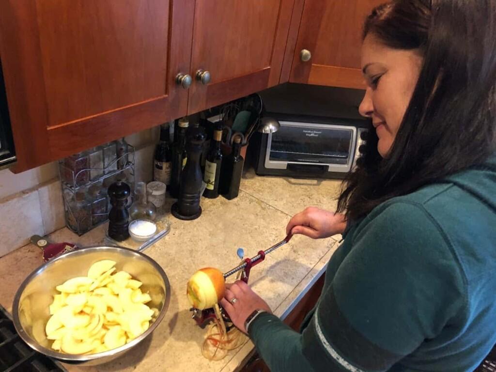 Thanksgiving - Making apple pie (Photo by Erich Boenzli)