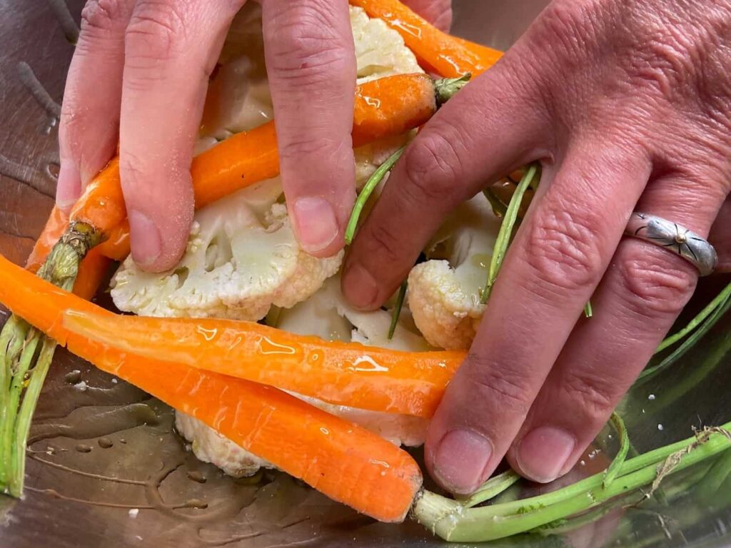 How to roast vegetables - Looks like my hand could use some olive oil 😂 (Photo by Viana Boenzli)
