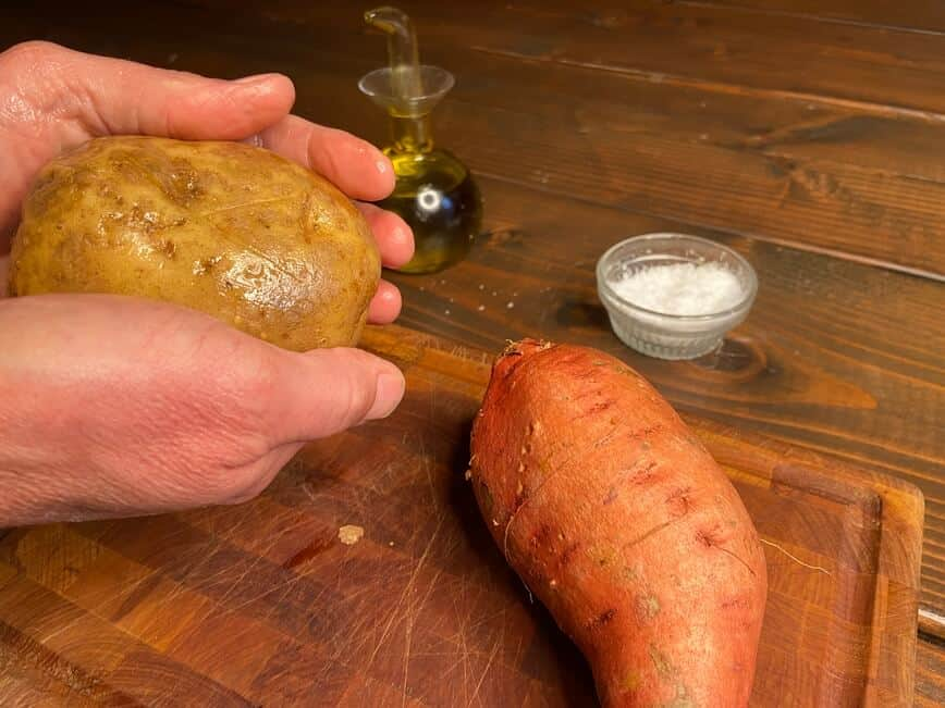 Recipe for a baked potato - Rubbing on olive oil (Photo by Erich Boenzli)