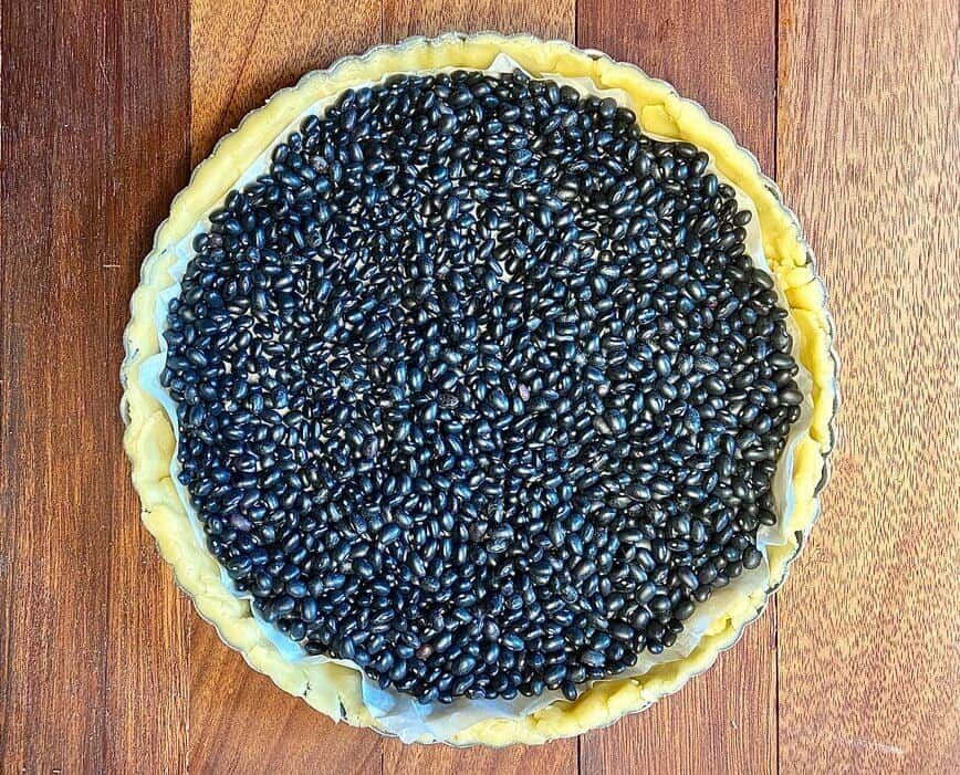 Fruit Tart Recipe - using dried beans as pie crust weights (Photo by Viana Boenzli)