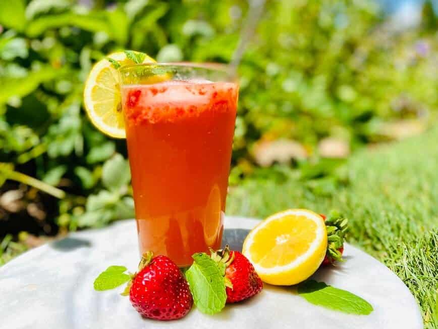 Refreshing Strawberry Cocktail & Virgin Strawberry Mojito (Photo by Viana Boenzli)