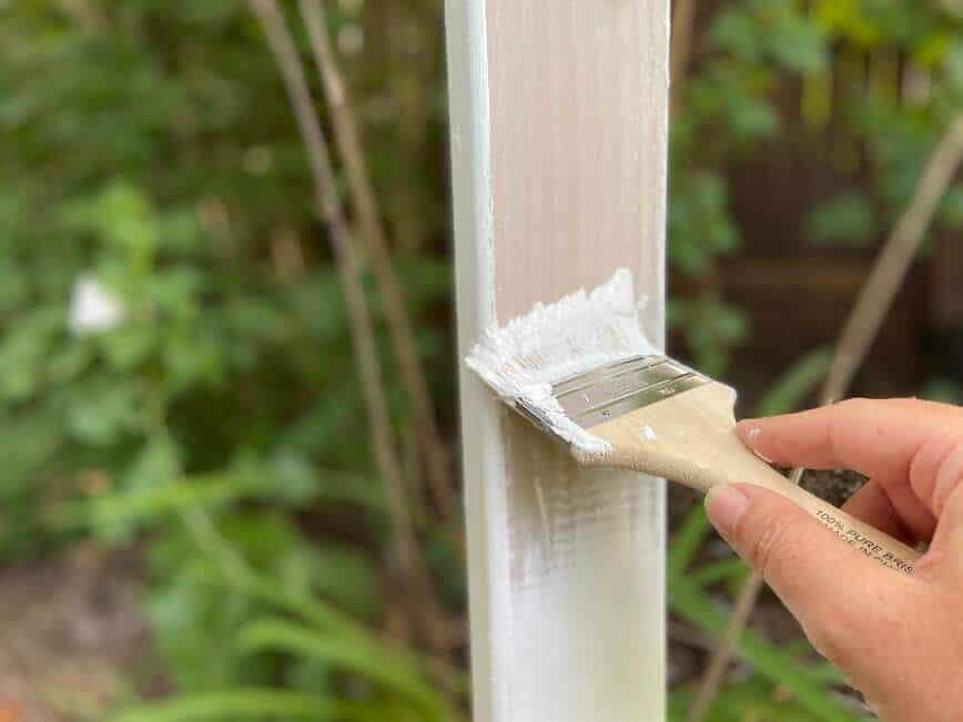 Garden Decor - painting posts (Photo by Viana Boenzli)