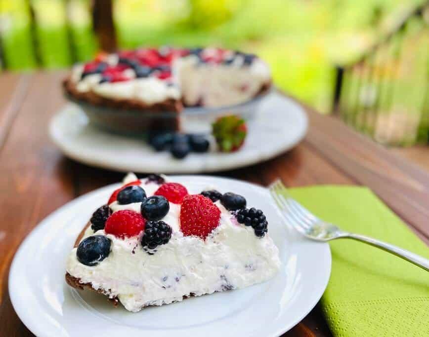Berries and Cream Chocolate Pie (Photo by Viana Boenzli)