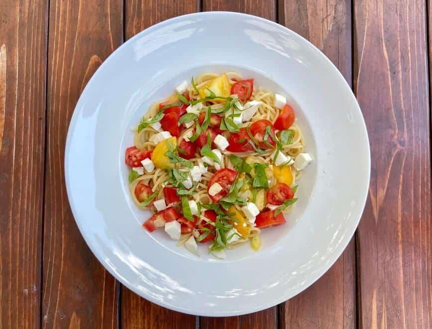 Tomato Basil Mozzarella Pasta (Photo by Viana Boenzli)