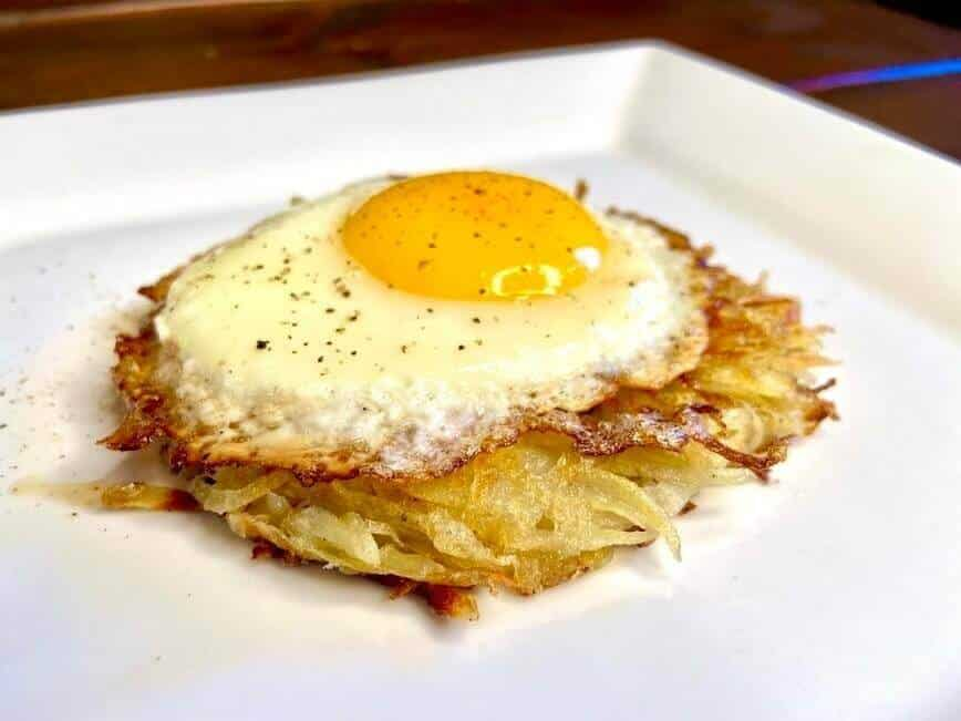 How to make hash browns - Hash brown patty and egg (Photo by Viana Boenzli)