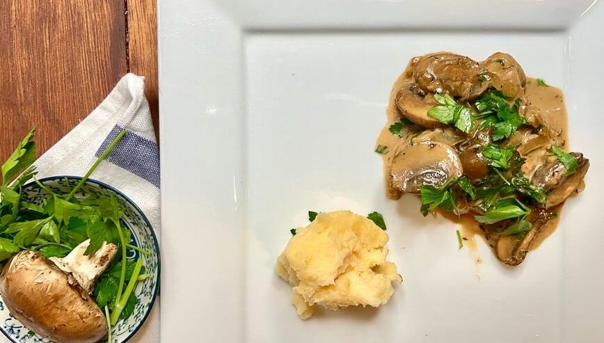 Creamy Balsamic Chicken with Mushrooms and Fresh Parsley (Photo by Viana Boenzli)