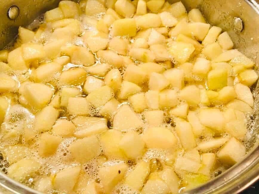 Pear Tart Dessert - Simmering pears (Photo by Viana Boenzli)