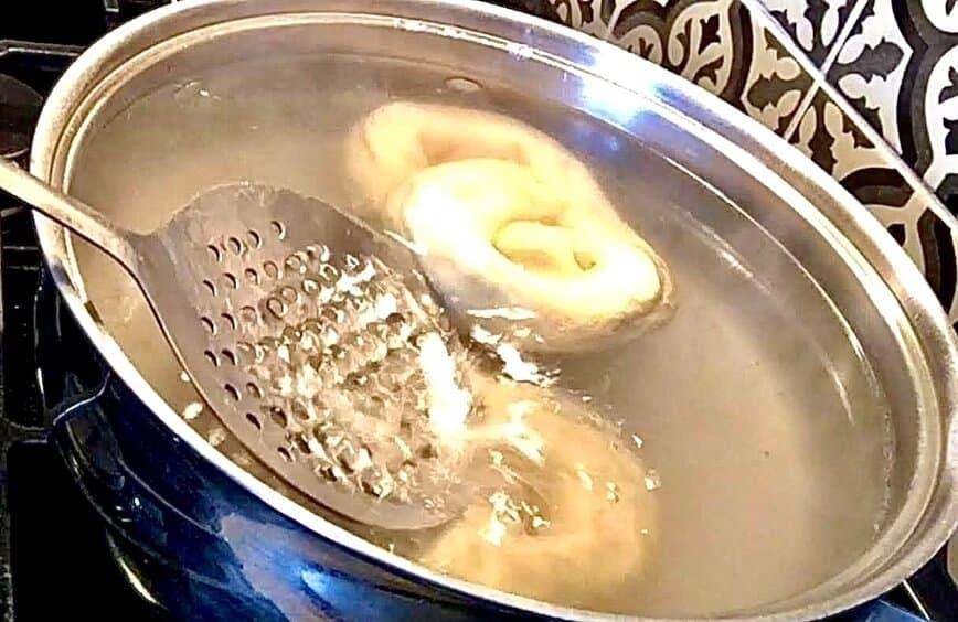 Beer Soft Pretzels Stuffed with Spinach Artichoke Dip - Boiling pretzels (Photo by Viana Boenzli)