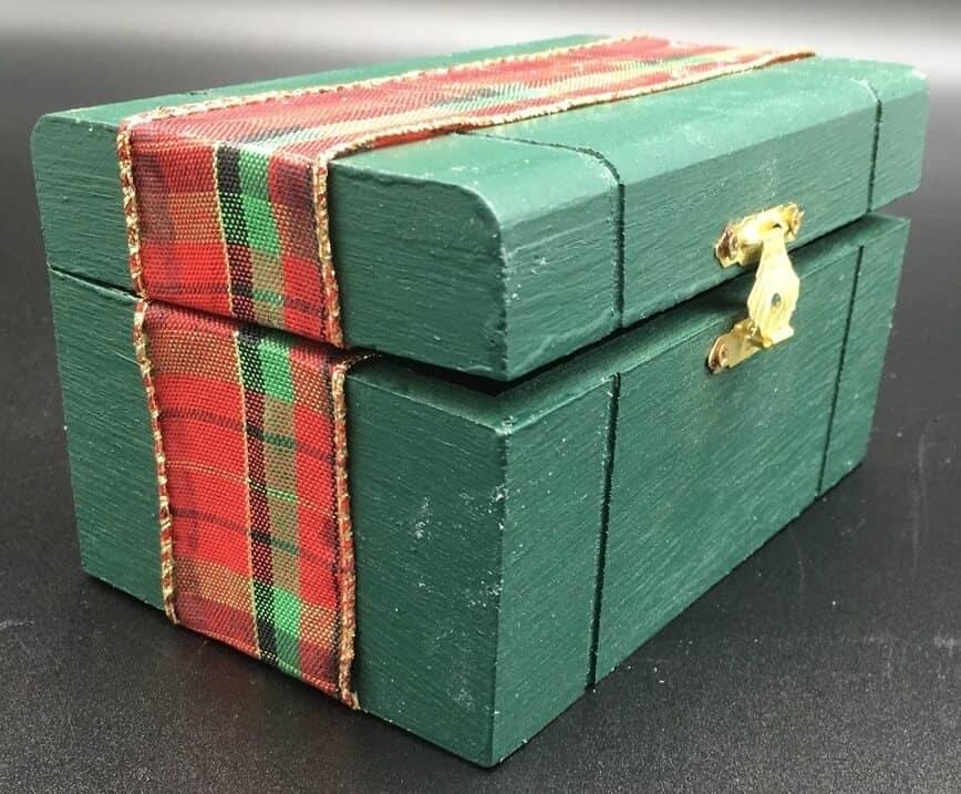 DIY Gift Box - Ribbon matching on sides (Photo by Viana Boenzli)