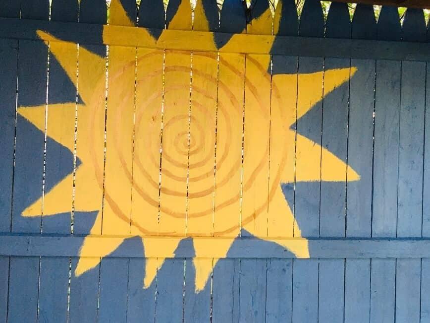 Painted Fence - Spiky dinosaur or sun? You decide! (Photo by Viana Boenzli)